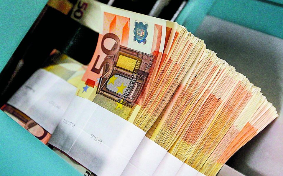 Ο σκοπός μιας δημοσιονομικής προσαρμογής είναι η μείωση των ελλειμμάτων του προϋπολογισμού και η επίτευξη πλεονασμάτων. Τα εργαλεία άσκησης πολιτικής στον τομέα αυτό είναι τα δημόσια έξοδα (δαπάνες για μισθούς, επενδύσεις, άμυνα κ.ά.) και τα δημόσια έσοδα, που επηρεάζονται κυρίως από τη φορολογία (άμεση και έμμεση).