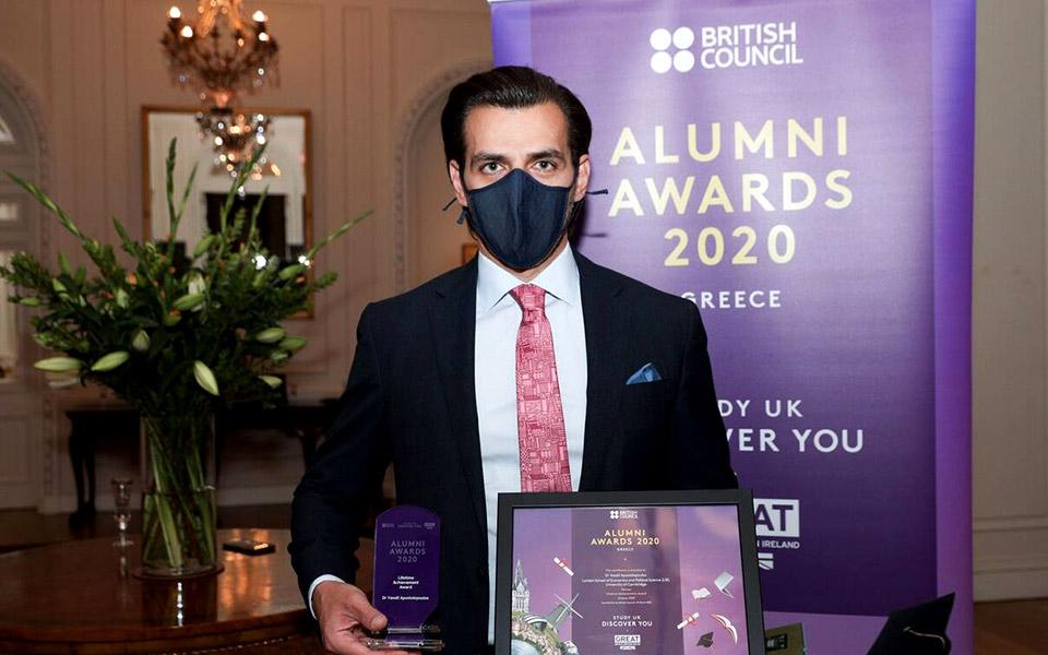 Ο Δρ. Βασίλης Αποστολόπουλος κατά την παραλαβή του Βραβείου.