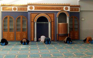 Οι πρώτοι μουσουλμάνοι βρέθηκαν χθες, επίσημα πια, στις εγκαταστάσεις του Ισλαμικού Τεμένους Αθηνών, στην Ιερά Οδό 144, για να προσευχηθούν. Μια ιστορία που ξεκίνησε 14 χρόνια πριν έκλεισε χθες με τους τίτλους έναρξης της επίσημης λειτουργίας του τεμένους.