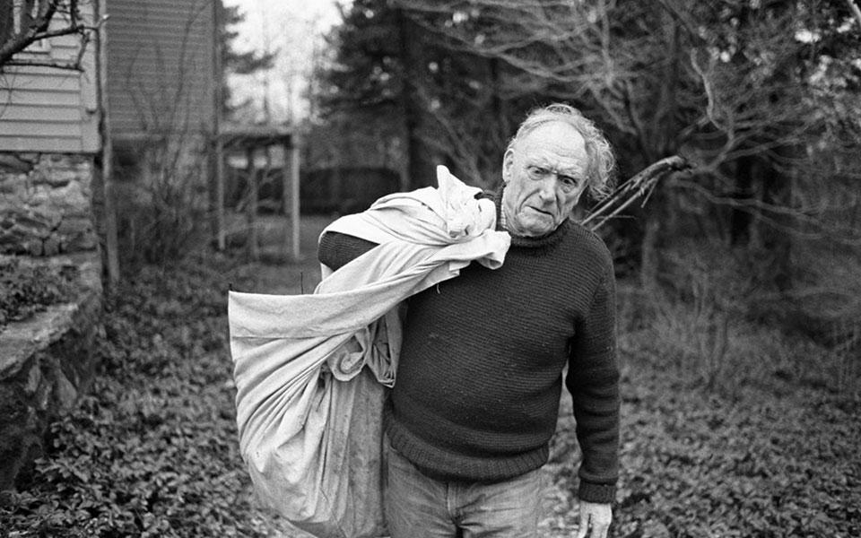 Ο Ρόμπερτ Πεν Γουόρεν (1905-1989) καθαρίζει τον κήπο της οικογενειακής εστίας στο Κονέκτικατ το 1978. Το μυθιστόρημά του «Ολοι οι άνθρωποι του βασιλιά» είναι κάτι περισσότερο από ένα κλασικό αμερικανικό μυθιστόρημα του 20ού αιώνα. (Φωτ. WILLIAM R. FERRIS / UNIVERSITY OF NORTH CAROLINA)