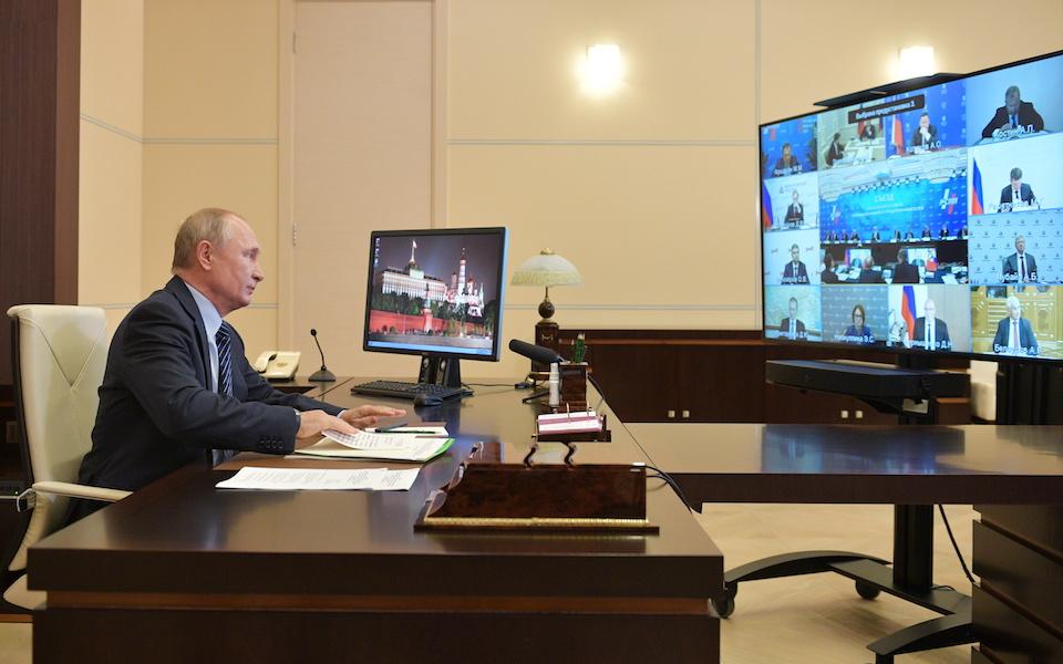 Ο ισχυρός άνδρας της Ρωσίας έρχεται αντιμέτωπος με πιέσεις διαρκείας στο νόμισμα της χώρας.  φωτ. Reuters
