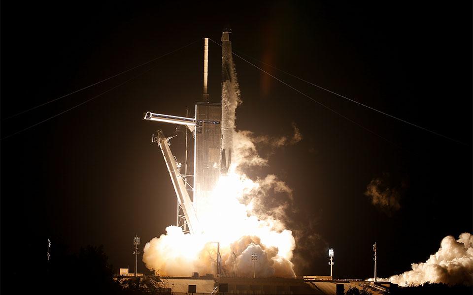 space-x-nasa-istoriki-ektoxeysi-koyartetoy-astronayton-ston-diethni-diastimiko-stathmo0