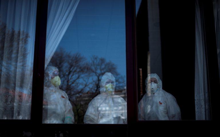 Σουηδία: Σοβαρές ελλείψεις στη φροντίδα ασθενών με Covid-19 στα γηροκομεία