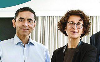 Ο ιδρυτής της γερμανικής εταιρείας βιοτεχνολογίας BioNTech και καθηγητής Ογκολογίας στο Πανεπιστήμιο του Μάιντς, Ουγκούρ Σαχίν, με τη σύζυγό του και διευθύντρια ιατρικών υπηρεσιών στην ίδια εταιρεία, Οζλέμ Τουρετσί. Και οι δύο είναι παιδιά Τούρκων μεταναστών στη Γερμανία.