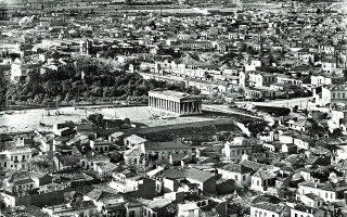 Η περιοχή της Αρχαίας Αγοράς με τον ναό του Ηφαίστου στον λόφο του Αγοραίου Κολωνού πριν από τις ανασκαφές, που άρχισαν το 1931. Φωτ. ΦΩΤ. Π. ΠΑΠΑΧΑΤΖΙΔΑΚΗ, ΑΡΧΕΙΟ Ι.Τ.