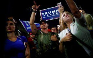 Υποστηρικτές του Ντόναλντ Τραμπ πανηγυρίζουν κατά την ανακοίνωση των πρώτων αποτελεσμάτων της κάλπης στο Φοίνιξ της Αριζόνα. (Φωτ. REUTERS/Edgard Garrido)