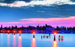 Aποψη της Βενετίας, πλημμυρισμένης με τα εντυπωσιακά χρώματα του δειλινού. Η ιταλική πόλη, αυτοκρατορία για αιώνες στη Δυτική Ευρώπη, άσκησε τεράστια επιρροή που έφτασε μέχρι την τσαρική Ρωσία.