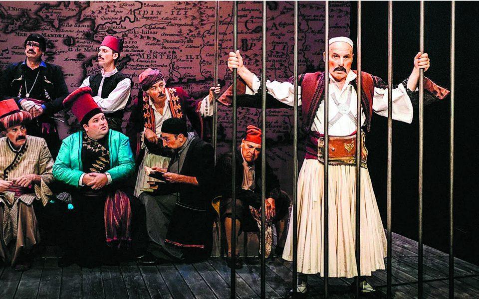 Αντιπροσωπευτικοί τύποι Ελλήνων «υπό προσωρινή κράτηση» στη φετινή παράσταση της «Βαβυλωνίας» από το ΚΘΒΕ (σε σκηνοθεσία Τάκη Χρυσικάκου).