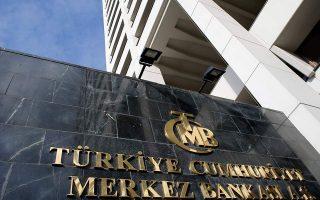 Οι εξελίξεις εντείνουν την πίεση προς την Τράπεζα της Τουρκίας να προχωρήσει σε νέα αύξηση των επιτοκίων για δεύτερη φορά υπό τη νέα της ηγεσία.