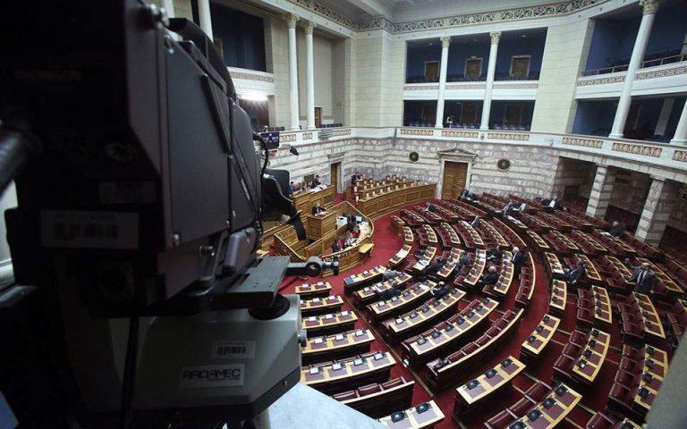 Μετωπική στη Βουλή για ιό και οικονομία