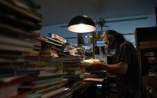 Ήδη οι επιχειρήσεις που λειτουργούν αμιγώς ως βιβλιοπωλεία έχουν ξεκινήσει πυρετώδεις προετοιμασίες, προκειμένου να δεχθούν τους πρώτους πελάτες έπειτα από έξι εβδομάδες lockdown. (Φωτ. ΙΝΤΙΜΕ)