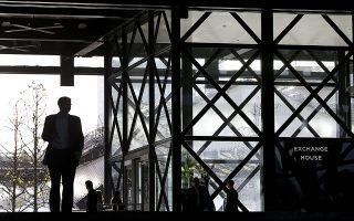 Υπολογίζεται ότι εξαιτίας της πανδημίας τα μη εξυπηρετούμενα ανοίγματα των εγχώριων τραπεζών θα αυξηθούν κατά  10 δισ. ευρώ. Φωτ.AP Photo/Kirsty Wigglesworth