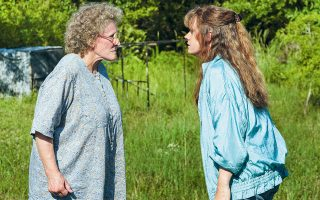 Η εκπληκτική Γκλεν Κλόουζ, που υποδύεται τη γιαγιά, και η Εϊμι Ανταμς στον ρόλο της μητέρας του Τζέι Ντι συνθέτουν ένα ενδιαφέρον γυναικείο δίδυμο. (Φωτ.Lacey Terrell / NETFLIX)