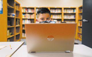 Συνολικά, 1,3 δισ. παιδιά ηλικίας 3 με 17 ετών δεν έχουν στις οικίες τους σύνδεση με το Διαδίκτυο (φωτ. A.P.).