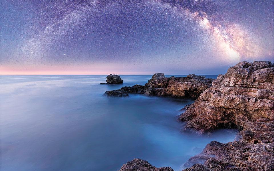 Πώς ανακαλύφθηκαν οι πάλσαρ, οι περιστρεφόμενοι αστέρες νετρονίων (1968); Πώς ο κόσμος άρχισε να υπάρχει σε 5 λεπτά; Ποιο είναι το «σκοτεινό» μέλλον του σύμπαντος; Γιατί είμαστε εδώ ως homo sapiens; Σε αυτά και δεκάδες άλλα ερωτήματα επιχειρεί να δώσει απαντήσεις με εκλαϊκευμένο τρόπο ο καθηγητής Κανάρης Τσίγκανος. (Φωτ. SHUTTERSTOCK)