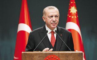 Ο Ρετζέπ Ταγίπ Ερντογάν για άλλη μια φορά αναφέρθηκε στη θεωρία των εχθρών της Τουρκίας και υποστήριξε πως «επιτίθενται στην κυβέρνησή μας, στον στρατό μας, στη θρησκεία μας, στην αμυντική βιομηχανία μας, στις επενδύσεις μας, στις έρευνές μας στη Μεσόγειο και στη Μαύρη Θάλασσα» (φωτ. A.P.).