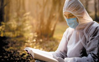 «Η ανάγνωση είναι η τελευταία κοσμική προσευχή», έλεγε ο Αμερικανός συγγραφέας Ρίτσαρντ Πάουερς σε παλαιότερη συνέντευξή του. (Φωτ. SHUTTERSTOCK)