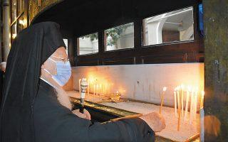 Ο Πατριάρχης με μάσκα, στον Ναό των Εισοδίων, στο Πέραν.