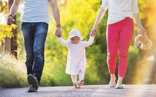Η συνεπιμέλεια των παιδιών μετά το διαζύγιο «είναι ένα μικρό, αλλά σημαντικό βήμα για την άμβλυνση μιας αδικίας», λέει ο κ. Τζεβελέκος. Από την πλευρά της η κ. Τσούτση αναφέρει ότι «οι σχεδιαζόμενες αλλαγές είναι στη σωστή κατεύθυνση, αλλά απαιτούνται δικλίδες ασφαλείας σχετικά με τους κακοποιητικούς και τους αμελείς γονείς, αλλά και τη διατροφή» (φωτ. SHUTTERSTOCK).