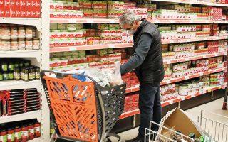 Η επιστροφή στα γεμάτα καρότσια αποδίδεται στην επιθυμία των καταναλωτών να μειώσουν τις επισκέψεις στο σούπερ μάρκετ προκειμένου να περιορίσουν την έκθεσή τους στον κορωνοϊό (φωτ. ΑΠΕ).