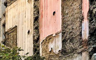 Υπολείμματα ενός σπιτιού στην οδό Χαριλάου Τρικούπη 85. (Φωτ. ΝΙΚΟΣ ΒΑΤΟΠΟΥΛΟΣ)