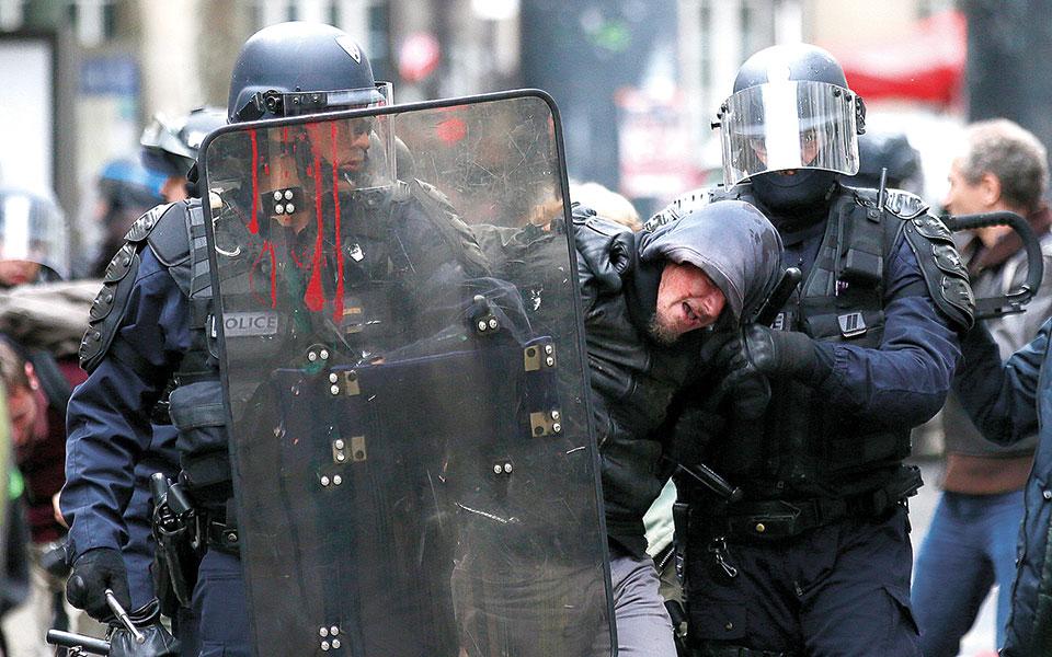 «Το άρθρο 24 συνιστά ριζική οπισθοδρόμηση, απαγορεύοντας την καταγραφή πράξεων παράνομης βίας από αστυνομικούς», λέει ο Εντουί Πλενέλ. (Φωτ. A.P. Photo (AΡΧΕΙΟ) / Francois Mori)