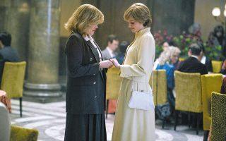 Η Emerald Fennell (Καμίλα Πάρκερ), αριστερά και η Emma Corrin (Νταϊάνα). Το «The Crown» του Netflix μας θύμισε ποιο είναι το τίμημα του να είσαι ο άνθρωπος που περιμένει υπομονετικά τη σειρά του για να γίνει βασιλιάς.