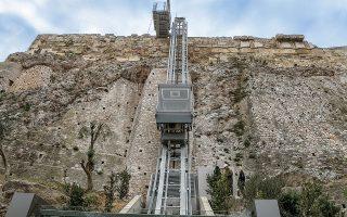 Παραδόθηκε, χθες, ο νέος ανελκυστήρας πλαγιάς της Ακρόπολης, παρουσία του πρωθυπουργού Κυριάκου Μητσοτάκη, καθώς και οι νέες διαδρομές που εξυπηρετούν ΑμεΑ αλλά και όλους τους επισκέπτες, που επαναφέρουν το επίπεδο του μνημείου στην κλασική εποχή. «Τα μνημεία γίνονται περισσότερο κατανοητά διότι έχουν το επίπεδο αναφοράς πάνω στο οποίο σχεδιάστηκαν από τους αρχαίους», λέει ο καθηγητής Μανόλης Κορρές στην «Κ» (φωτ. Pool / ΜΠΟΛΑΡΗ ΤΑΤΙΑΝΑ).