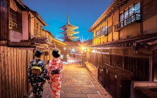 Στην Ιαπωνία οι σινίσε είναι κάτι περισσότερο από επιχειρήσεις. Φροντίζουν το προσωπικό τους και προσφέρουν στην κοινότητα δημιουργώντας ένα προϊόν που την κάνει υπερήφανη. Στόχος δεν είναι η μεγιστοποίηση του κέρδους, αλλά η διατήρηση της εταιρείας και η παράδοση στην επόμενη γενιά. Επίσης, δεν αλλάζουν εύκολα πρακτικές και τρόπο λειτουργίας. Η Ιτσίβα, για παράδειγμα, αρνήθηκε να επεκταθεί και να εκσυγχρονισθεί, όπως προσφάτως, που απέρριψε πρόταση της Uber Eats να της κάνει παραδόσεις κατ' οίκον (φωτ. Shutterstock).