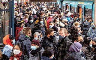 Συνωστισμός στο μετρό της Φρανκφούρτης. «Η συμπεριφορά των ανθρώπων βρίσκεται στο προσκήνιο», τόνισε ο επικεφαλής του Ινστιτούτου Ρόμπερτ Κοχ, Λόταρ Βίλερ, υπογραμμίζοντας ότι δεν χρειάζονται νέες ιδέες για την αναχαίτιση της πανδημίας, αλλά συνεπής τήρηση των μέτρων (φωτ. REUTERS/Fabrizio Bensch).