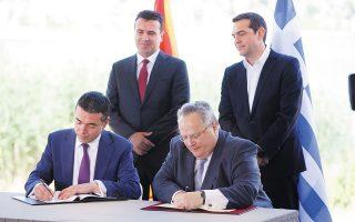 17 Ιουνίου 2018. Ο υπουργός Εξωτερικών της Ελλάδας Νίκος Κοτζιάς και ο ομόλογός του της (έως τότε) ΠΓΔΜ Νίκολα Ντιμιτρόφ υπογράφουν τη συμφωνία των Πρεσπών υπό το βλέμμα του Αλέξη Τσίπρα και του Ζόραν Ζάεφ. (Φωτ. ΑΠΕ-ΜΠΕ / ΝΙΚΟΣ ΑΡΒΑΝΙΤΙΔΗΣ)
