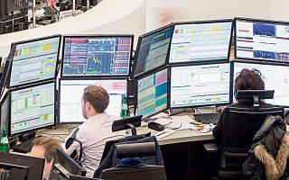 Στις αγορές συναλλάγματος, το θετικό επενδυτικό κλίμα διατήρησε υπό πίεση το δολάριο ΗΠΑ, με αποτέλεσμα τη συνέχιση της ανοδικής πορείας της ισοτιμίας ευρώ/δολαρίου για τρίτη εβδομάδα (φωτ. Reuters).