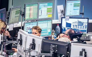 Το γενικότερο κλίμα όσον αφορά την ελληνική οικονομία και τις προοπτικές του επόμενου διαστήματος ήταν θετικό, ενώ το Χρηματιστήριο αναμένεται να επωφεληθεί τόσο από το «στοίχημα» της ανάκαμψης όσο και από τις υπεραποδόσεις που προβλέπεται να σημειώσουν οι αναδυόμενες αγορές έναντι των ευρωπαϊκών (φωτ. EPA).