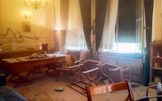 Νωπές είναι ακόμη οι μνήμες από την σοκαριστή επίθεση στον πρύτανη του Οικονομικού Πανεπιστημίου Αθηνών Δημήτρη Μπουραντώνη από μικρή ομάδα κουκουλοφόρων μέσα στο γραφείο του στις 29 Οκτωβρίου (φωτ. INTIME NEWS).