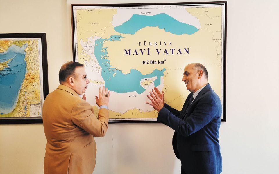 Τζιχάτ Γιαϊτζί: «Αυτός ο χάρτης δεν σημαίνει πως διεκδικούμε τα νησιά. Απλά έχουν χωρικά ύδατα και ανήκουν στην Ελλάδα. Το μπλε δείχνει την υφαλοκρηπίδα μας». Στη φωτ. ο κ. Γιαϊτζί (αριστερά) συζητεί με τον συντάκτη της «Κ» Μανώλη Κωστίδη, μπροστά από τον περιβόητο χάρτη της «Γαλάζιας Πατρίδας».