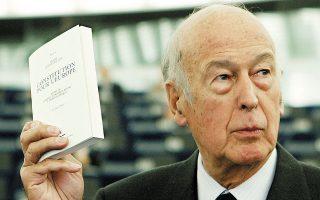Στρασβούργο, 3.9.2003. Ο Βαλερί Ζισκάρ ντ' Εστέν με το σχέδιο του Ευρωπαϊκού Συντάγματος. Υπήρξε φανατικός υπέρμαχος της ευρωπαϊκής ενοποίησης. (Φωτ. REUTERS)