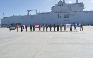 «Οικογενειακή» φωτογραφία από την άσκηση «Μέδουσα 10» που διεξήχθη στην Αλεξάνδρεια της Αιγύπτου, με φόντο αιγυπτιακό ελικοπτεροφόρο. Το συγκεκριμένο πλοίο, κλάσης «Μιστράλ», είναι γαλλικής ναυπήγησης και επρόκειτο να παραδοθεί (μαζί με ένα ακόμη ιδίου τύπου) στη Ρωσία. Λόγω των γεγονότων στην Κριμαία το 2015 και του εμπάργκο που ακολούθησε, το Παρίσι ακύρωσε τη συμφωνία. Τα δύο «Μιστράλ» αγοράστηκαν τελικά από την Αίγυπτο. (Φωτ. ΑΠΕ-ΜΠΕ / STR)