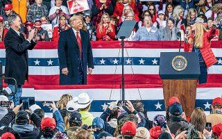 Στην προεκλογική συγκέντρωση του Σαββάτου στην Τζόρτζια, το πλήθος ως επί το πλείστον δεν φορούσε μάσκες, σε ακόμη μία μαζική εκδήλωση διάδοσης του κορωνοϊού υπό τον Ντόναλντ Τραμπ (φωτ. Α.Ρ.).