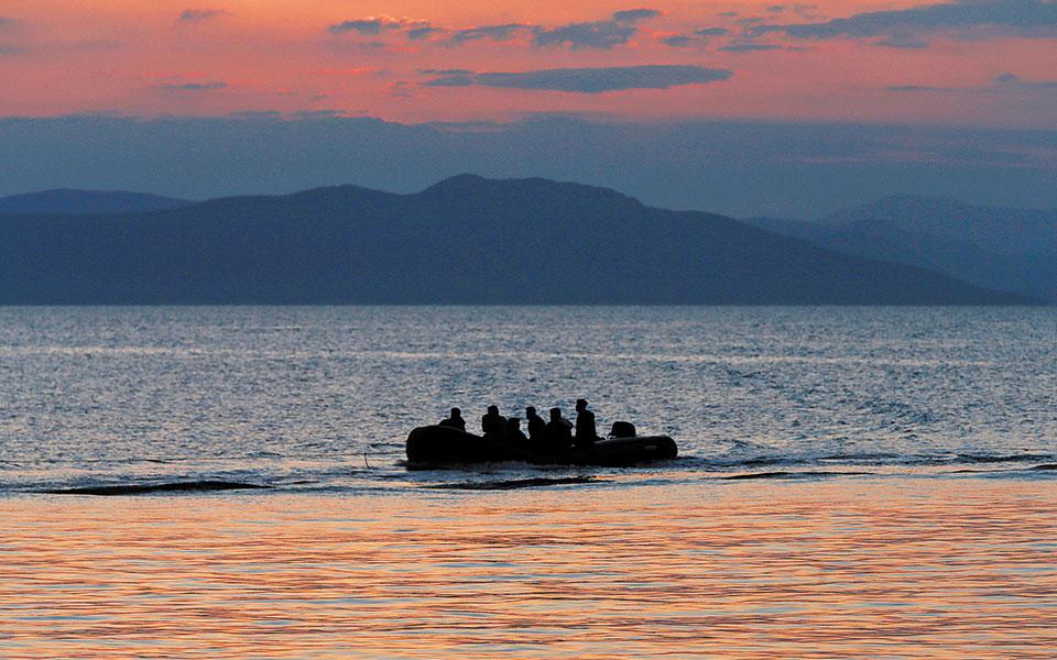 «Πλήρωσα 100 ευρώ για να πάρω βίζα, δεν ξέρω πόσο πλήρωσαν οι άλλοι», αναφέρει χαρακτηριστικά ένας από τους τέσσερις Σομαλούς, οι οποίοι έφθασαν πρόσφατα στη Μυτιλήνη με βάρκα από την Τουρκία (φωτ. A.P. Photo/Petros Giannakouris).