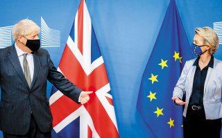 Σε μια ύστατη προσπάθεια αποτροπής ενός χαώδους Brexit, συναντήθηκαν χθες στις Βρυξέλλες ο Βρετανός πρωθυπουργός Μπόρις Τζόνσον και η πρόεδρος της Ευρωπαϊκής Επιτροπής Ούρσουλα φον ντερ Λάιεν. Πριν από το δείπνο εργασίας, η επικεφαλής της Κομισιόν ακούστηκε να λέει στον συνδαιτυμόνα της: «Κράτησε τις αποστάσεις σου». Η σύσταση αφορούσε, βέβαια, τον κορωνοϊό, αλλά και την απόσταση μεταξύ των δύο πλευρών (φωτ. EPA / OLIVIER HOSLET / POOL).