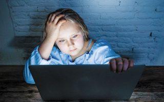 Νέες μορφές σεξουαλικής κακοποίησης παιδιών μέσω Διαδικτύου έχουν αναπτυχθεί, όπως οι «delivery» ή «drive-thru» υπηρεσίες, όπου οι δράστες προσελκύουν τα παιδιά σε σεξουαλικές δραστηριότητες μέσω της οθόνης, ενώ ενδέχεται να αποθηκεύσουν στιγμιότυπο το οποίο στη συνέχεια είτε διανέμουν είτε χρησιμοποιούν ως μέσον εκβίασης (φωτ. SHUTTERSTOCK).
