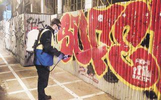 Τα συνεργεία του Δήμου Αθηναίων, σε πολλές περιπτώσεις, κλήθηκαν να καθαρίσουν πολλαπλά στρώματα μπογιάς, ενώ απαιτήθηκε πολύς χρόνος αλλά και επίπονη εργασία για την απομάκρυνση των γκράφιτι (φωτ. ΔΗΜΟΣ ΑΘΗΝΑΙΩΝ).