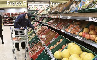 H βρετανική πολυεθνική στον χώρο των σούπερ μάρκετ, Tesco, προειδοποίησε ότι οι τιμές των τροφίμων θα αυξηθούν αν δεν υπάρξει συμφωνία μεταξύ Ευρωπαϊκής Ενωσης και Ηνωμένου Βασιλείου (φωτ. EPA/ANDY RAIN).