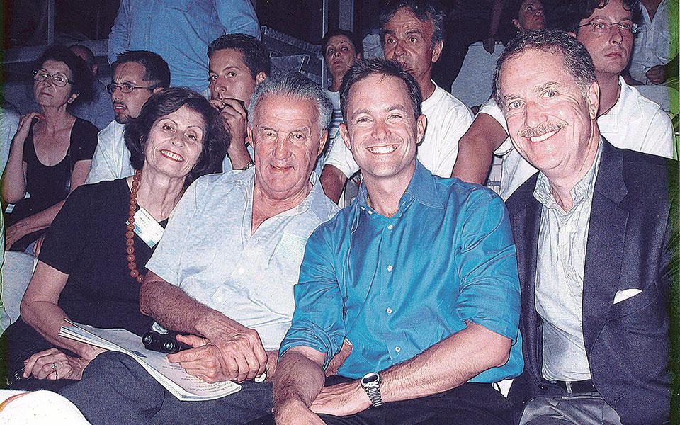 Οι Andy (πρώτος από δεξιά) και Mike (δίπλα του) Manatos μαζί με τον Πολ και τη Χριστίνα Σαρμπάνη στην τελετή έναρξης των Ολυμπιακών Αγώνων, το 2004.