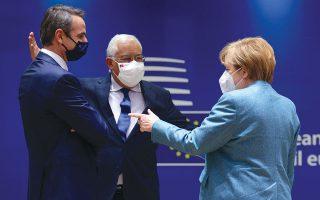 Η Γερμανίδα καγκελάριος Αγκελα Μέρκελ συνομιλεί με τον Ελληνα πρωθυπουργό Κυριάκο Μητσοτάκη και τον Πορτογάλο ομόλογό του Αντόνιο Κόστα στο πλαίσιο της Συνόδου Κορυφής στις Βρυξέλλες (φωτ. EPA / OLIVIER MATTHYS).