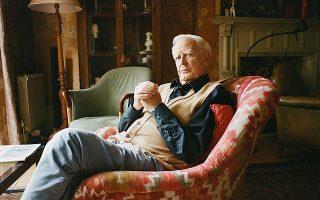 Παγκόσμια συγκίνηση προκάλεσε ο θάνατος του Τζον λε Καρέ, από πνευμονία, στα 89 του χρόνια. Συγγραφέας πολύκροτων μπεστ σέλερ με διεθνή απήχηση, ο Βρετανός δημιουργός ταυτίζεται όχι μόνον με την ανανέωση του κατασκοπευτικού μυθιστορήματος, αλλά και με την προσέγγιση μεγάλων ζητημάτων όπως το εμπόριο όπλων, οι φαρμακοβιομηχανίες και η τρομοκρατία. Χαιρετίστηκε ως ένας γίγαντας της λογοτεχνίας (φωτ. Charlotte Hadden / The New York Times).