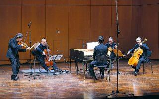 Τα μέλη του συνόλου La Stravaganza Greca έμοιαζε να απολαμβάνουν τη μουσική ικανοποιώντας τους ακροατές. (Φωτ. Χ. Ακριβιαδης)
