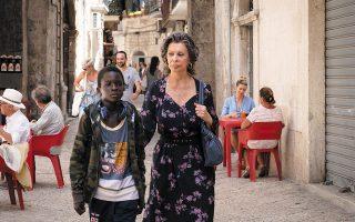 Ο νεαρός Ιμπραχίμα Γκουέγιε κάνει θαυμάσιο ντεμπούτο δίπλα στην Ιταλίδα ντίβα Σοφία Λόρεν, η οποία διαθέτει ακόμη την ικανότητα να μαγνητίζει τον φακό.