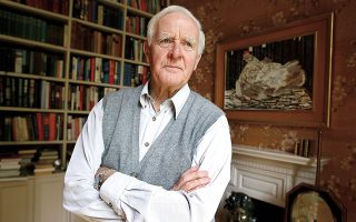 Ο Τζον λε Καρέ (φωτ.) είχε αναφέρει σε συνέντευξή του στους Ανταίο Χρυσοστομίδη και Μικέλα Χαρτουλάρη (ΕΡΤ) πως οι ήρωές του, ακόμη και οι πιο κυνικοί, είναι στην πραγματικότητα απογοητευμένοι ρομαντικοί. (A.P. Photo / Kirsty Wigglesworth)
