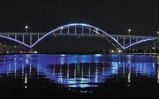 Το κεντρικό αξιοθέατο της αμερικανικής μεγαλούπολης, η γέφυρα, έχει φωτιστεί στα χρώματα της ελληνικής σημαίας, προς τιμήν του Γιάννη Αντετοκούνμπο, ο οποίος θα παραμείνει στους Μπακς.